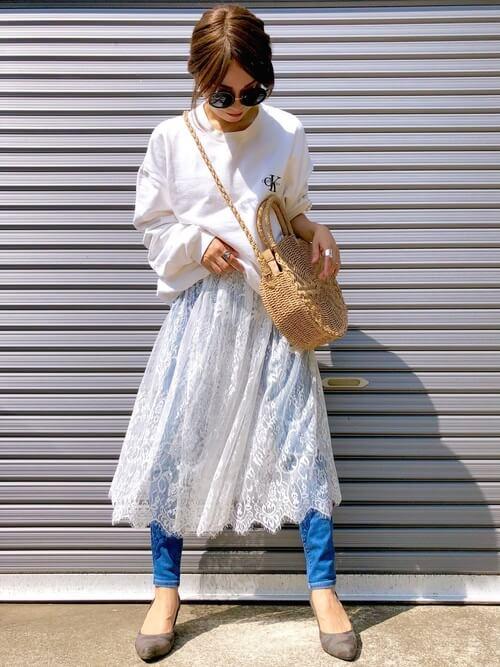 白レーススカート×白スウェットのコーデ画像