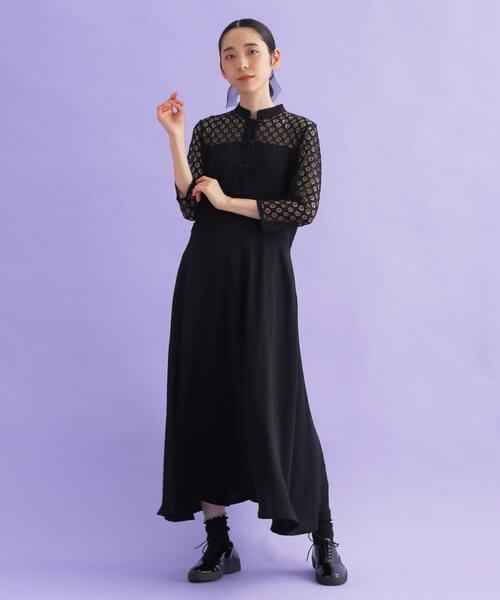 黒ドレス×オックスフォードシューズのコーデ画像