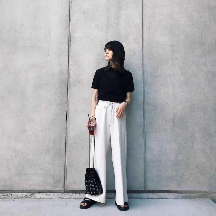 黒の無地tシャツと白ワイドパンツのコーデ画像
