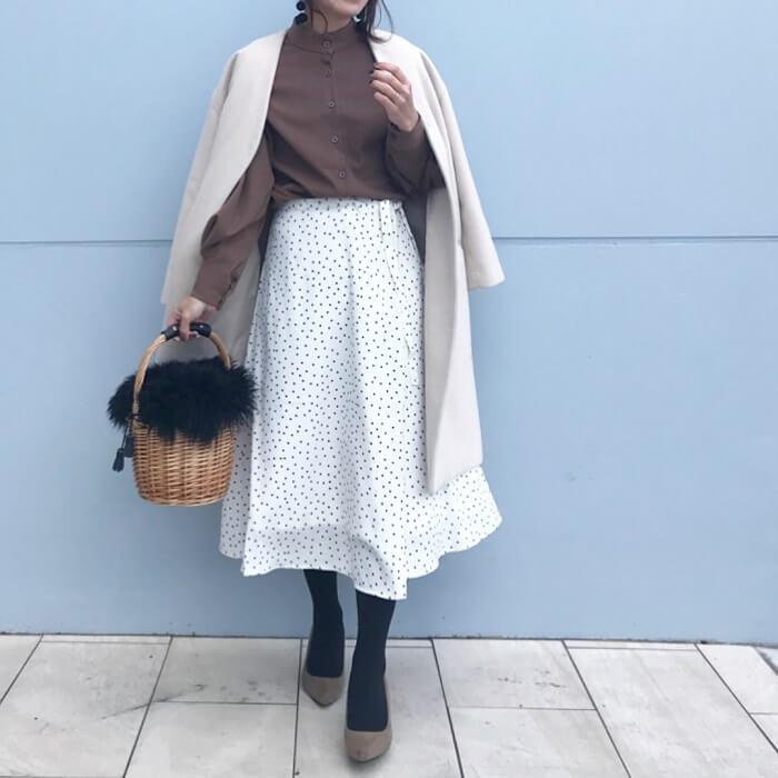 白フレアスカート×ベージュコートのコーデ画像