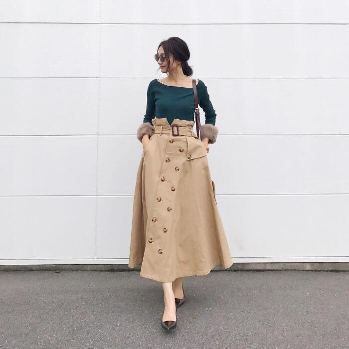 グリーンニット×ベージュトレンチスカートのコーデ画像