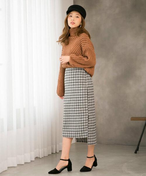キャメルニット×グレーチェックタイトスカートのコーデ画像