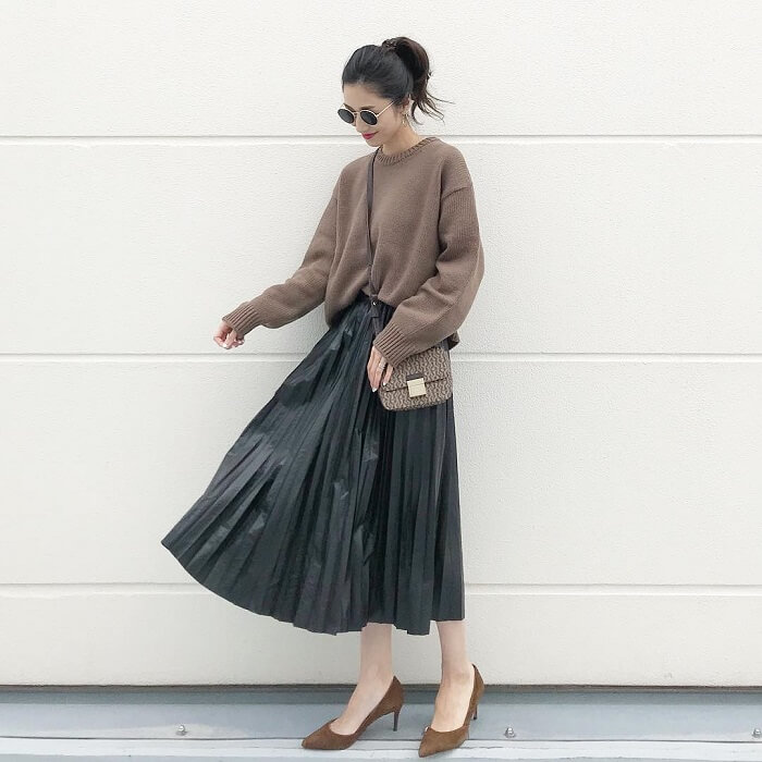 ブラウンニットとダークグレープリーツスカートのコーデ画像