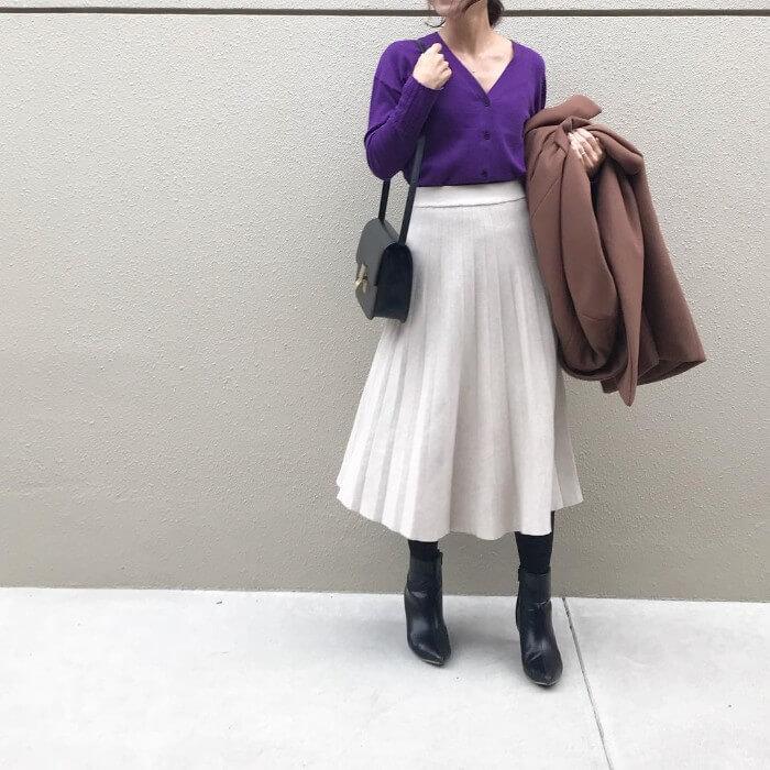 パープル×白プリーツスカートのコーデ画像