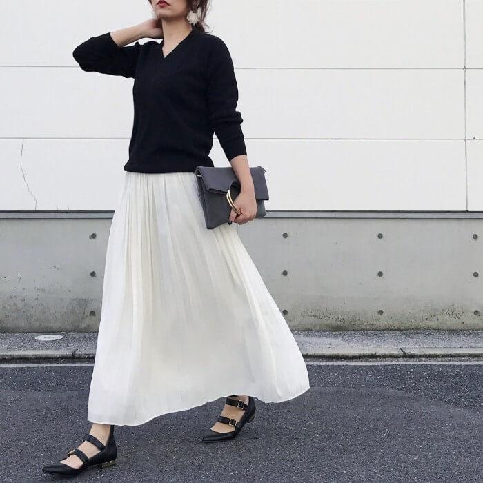 白ロングフレアスカート×黒Vネックニットのコーデ画像