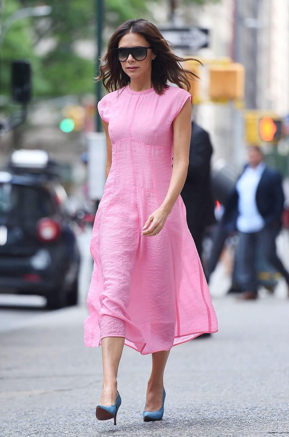 ヴィクトリア・ベッカムの私服ファッション写真(ピンクのドレス)