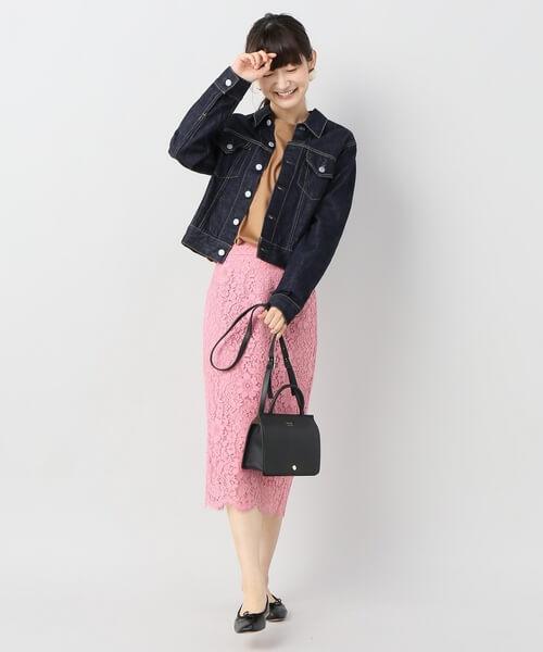 キャメル色トップスとピンクレーススカートのコーデ画像