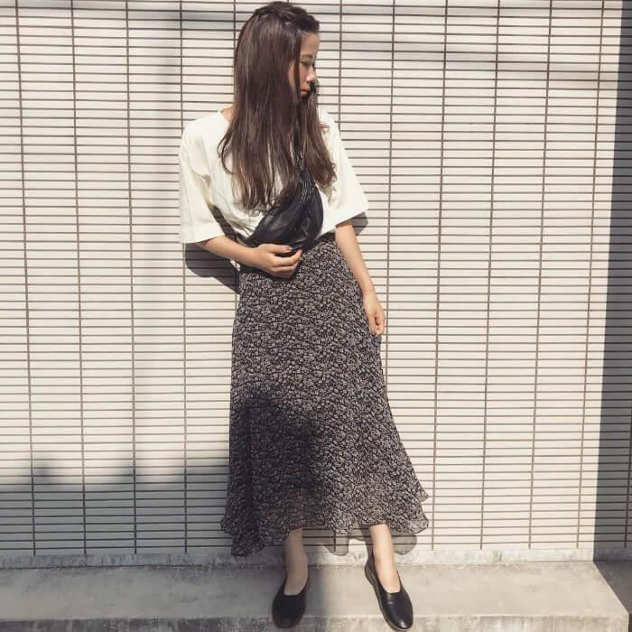 黒小花柄ロングスカート×黒フラットシューズのコーデ画像