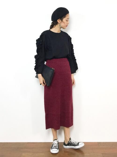 デザイン黒ニット×赤ニットタイトスカートのコーデ画像