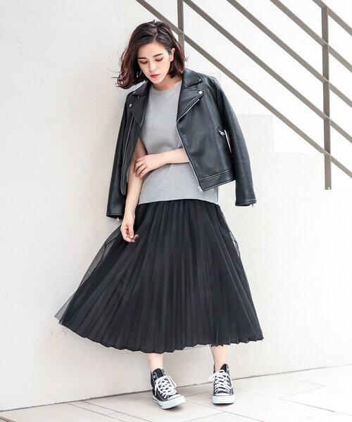黒ライダース×プリーツスカートのコーデ画像