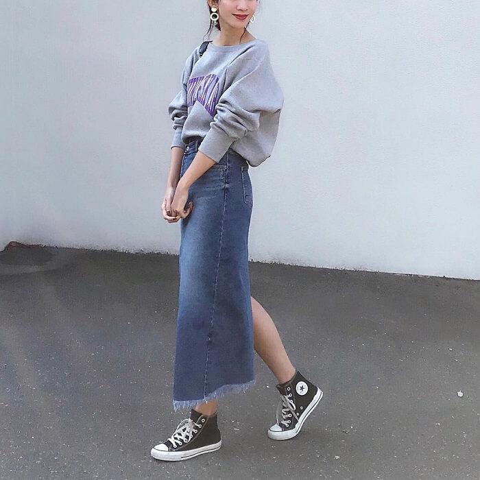 ロングデニムスカート×ゆるスウェットのコーデ画像