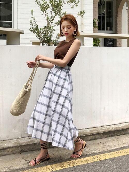 茶色ノースリーブ×白チェックロングスカートのコーデ画像