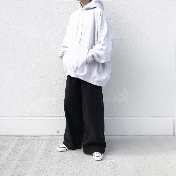 ブラックパラッツォパンツ×白パーカーのコーデ画像