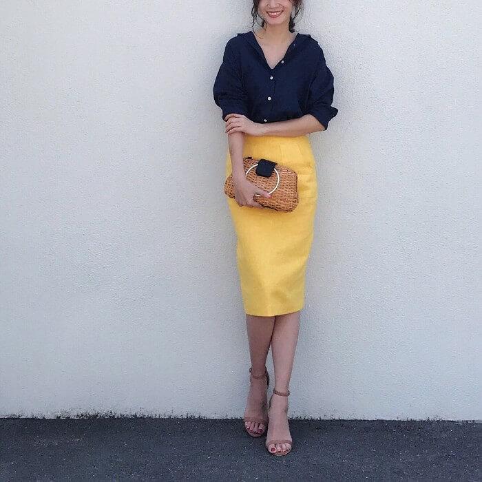 メリハリ抜群のビビッドなイエロータイトスカートのコーデ画像