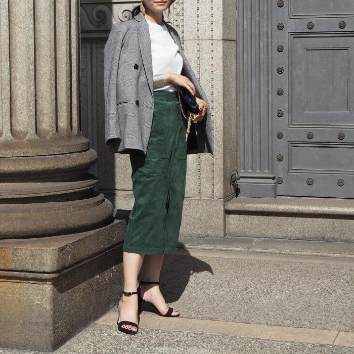 グレーダブルジャケット×カーキタイトスカートのコーデ画像