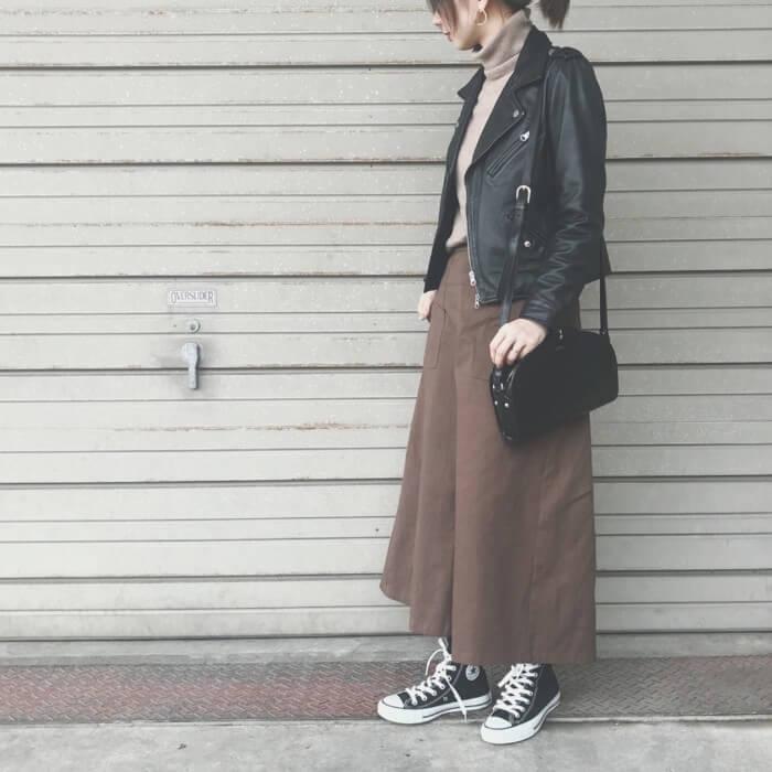 ブラウンと黒でフレアスカートとスニーカーのコーデ画像