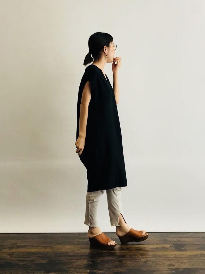 ユニクロの「クルーネックTワンピース」を着たコーデ写真