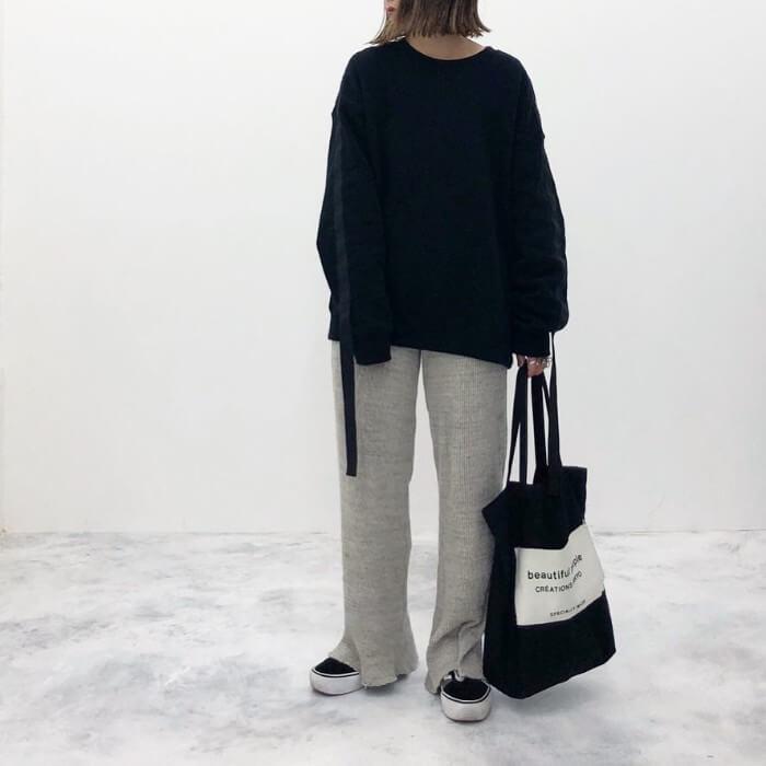 黒スウェット×グレーのリブパンツのコーデ画像