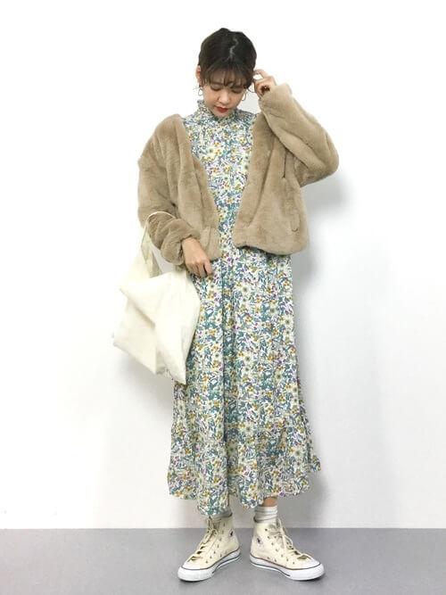 ベージュファージャケット×白花柄ワンピースのコーデ画像
