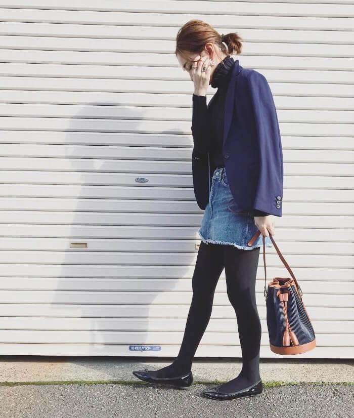 デニムミニスカート×紺色ジャケット×タイツのコーデ画像