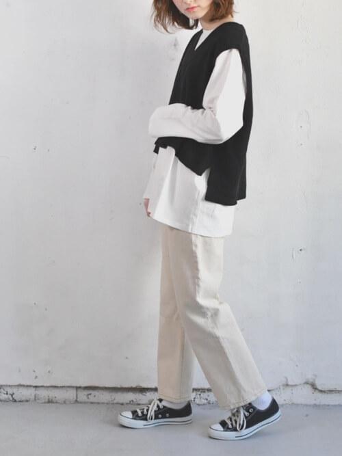 白のロンT×ネイビーニットベストのコーデ画像