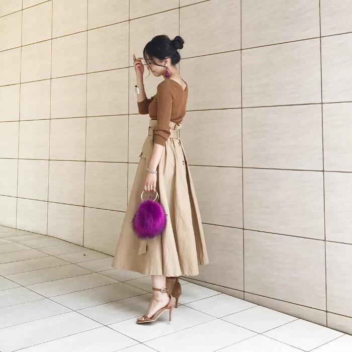 ブラウンリブニット×ベージュフレアスカートのコーデ画像