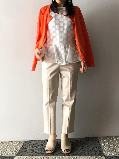 オレンジカーディガン×白ドットシースルーブラウスのコーデ画像
