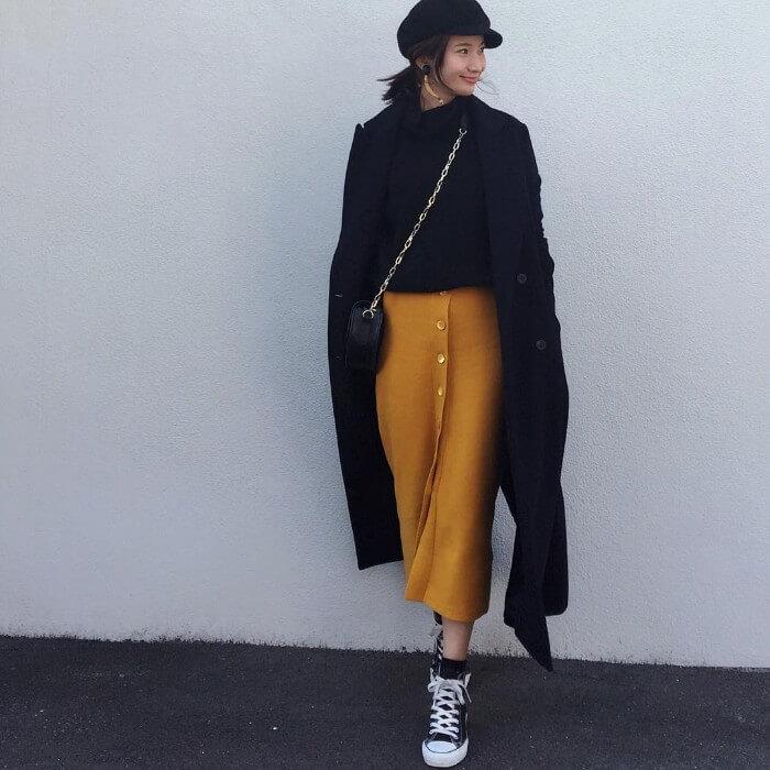 山吹色スカートと黒のチェスターコート画像