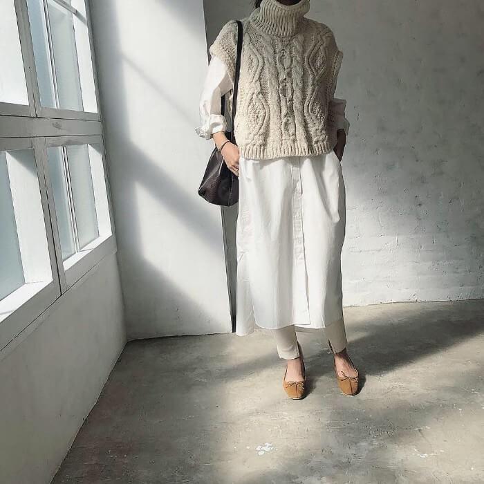 アイボリーニットベスト×白シャツワンピースのコーデ画像