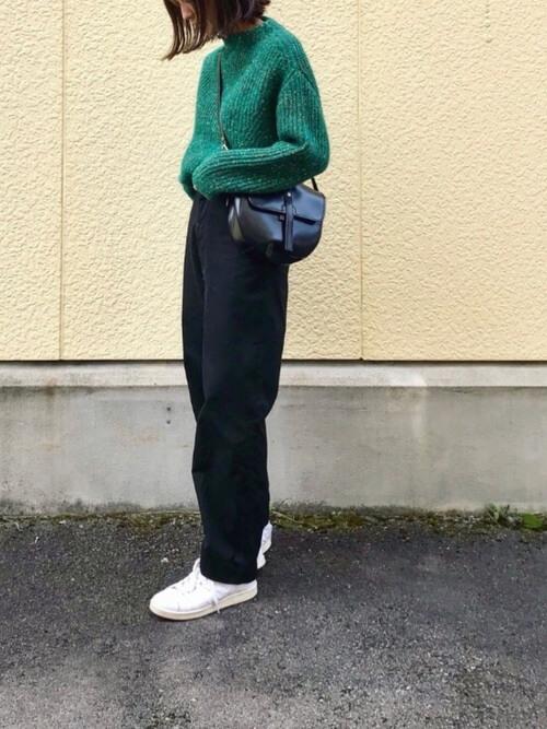 黒チノパン×緑ニット×白スニーカーのコーデ画像