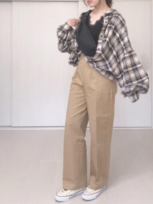 ビッグシルエットチェックシャツ×チノパンのコーデ画像