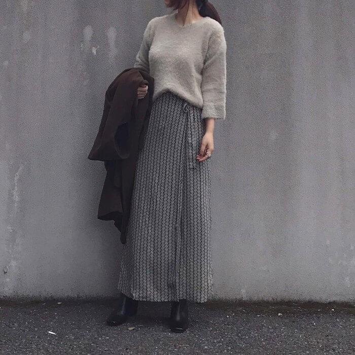 ベージュシャギーニット×グレー柄フレアスカートのコーデ画像