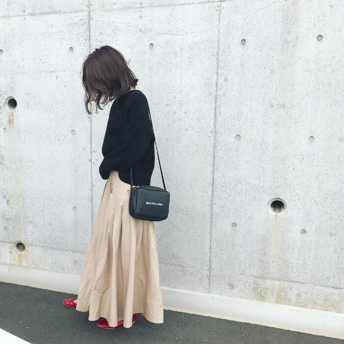 ベージュフレアスカート×黒ニット×赤パンプスのコーデ画像