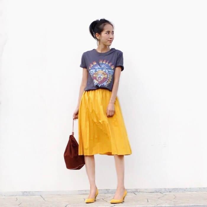 ヴィンテージ柄T×からし色スカートのコーデ画像