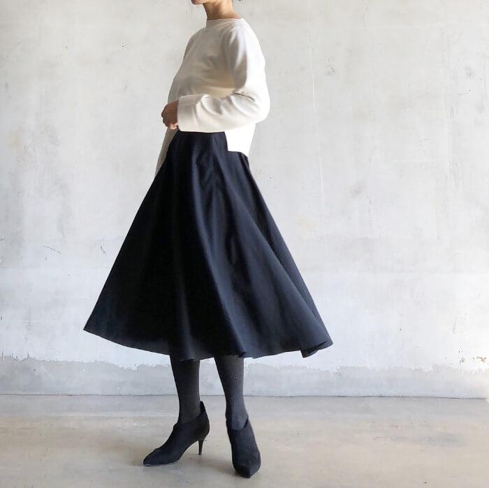 ミモレ丈フレアスカート×ショート丈ニットのコーデ画像