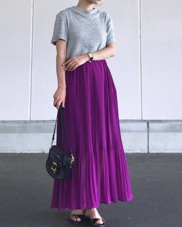 グレーTシャツ×パープルプリーツスカートのコーデ画像