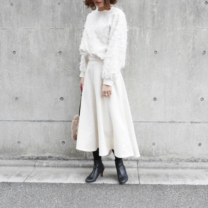 白シャギーニット×白フレアスカートのコーデ画像