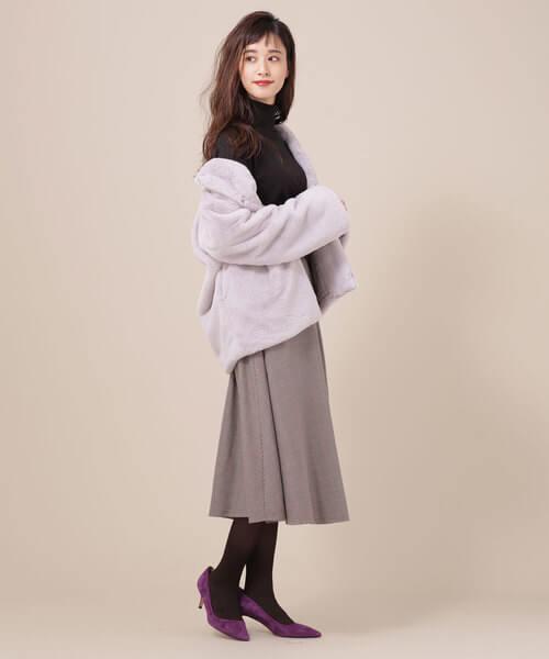 ライトグレー ファーブルゾン×ミモレ丈フレアスカートのコーデ画像