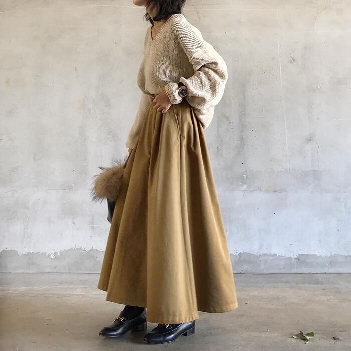 マキシ丈ベージュフレアスカート×ざっくりニットのコーデ画像