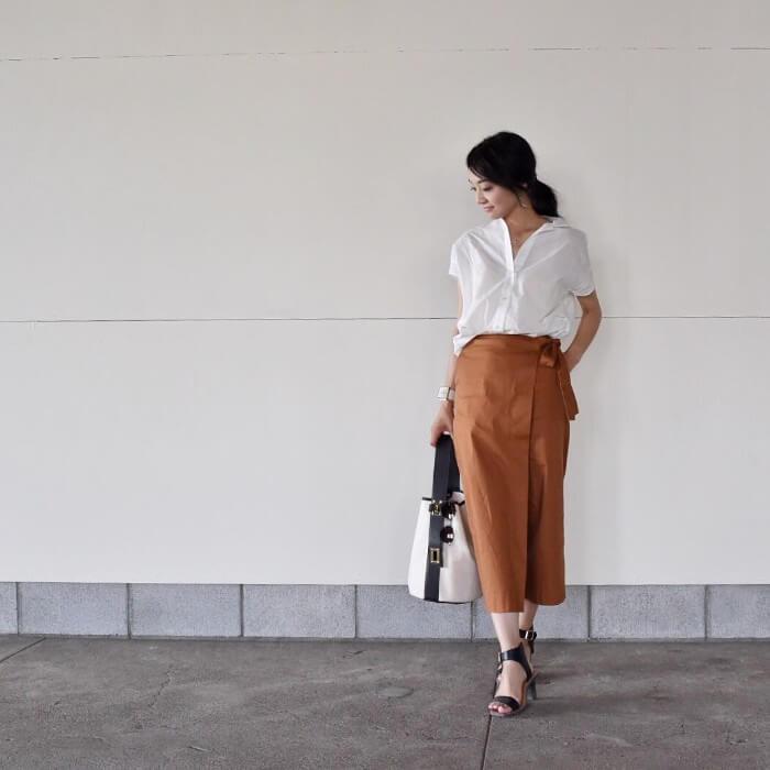 白シャツ×ラップスカートのコーデ画像