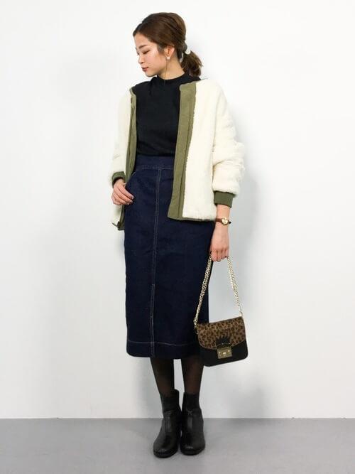 ミモレ丈タイトデニムスカート×ボアジャケットのコーデ画像