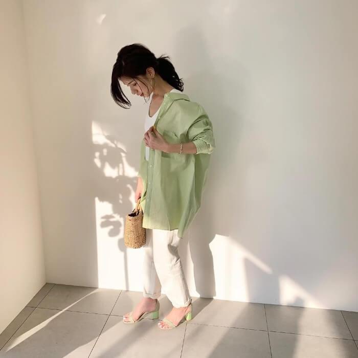 ペールグリーンシャツ×白デニムのコーデ画像