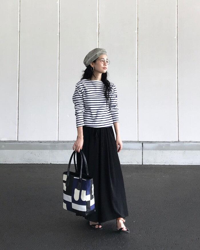 ボーダーロングTシャツ×黒マキシスカートのコーデ画像