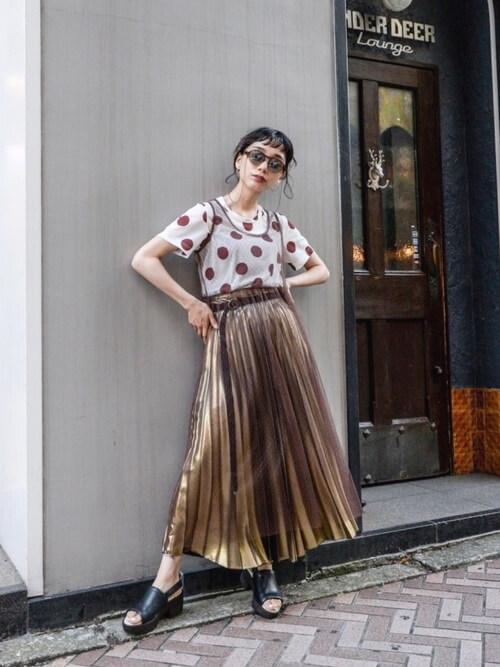 大きめドットのレトロシャツ×ゴールドのプリーツスカートのコーデ画像