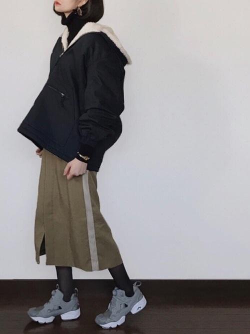 カーキスカート×ポンプフューリーのコーデ画像