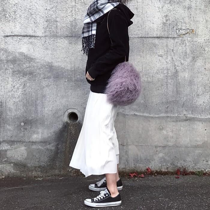 黒パーカーと白フレアスカートと黒スニーカーのコーデ画像