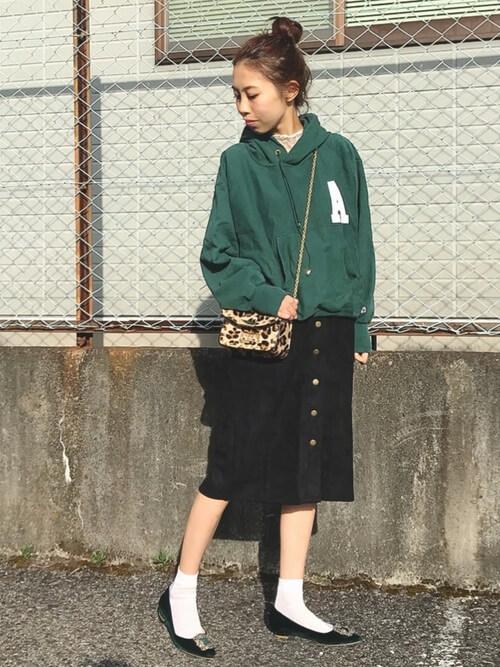 緑パーカー×フロントボタンタイトスカートのコーデ画像