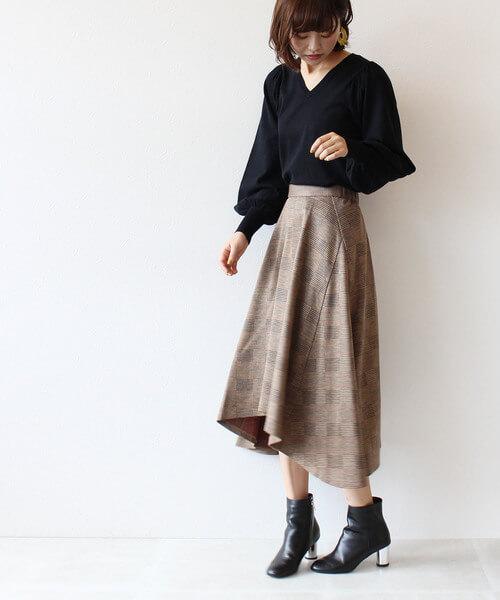 茶色アシンメトリーフレアスカート×黒ニットのコーデ画像