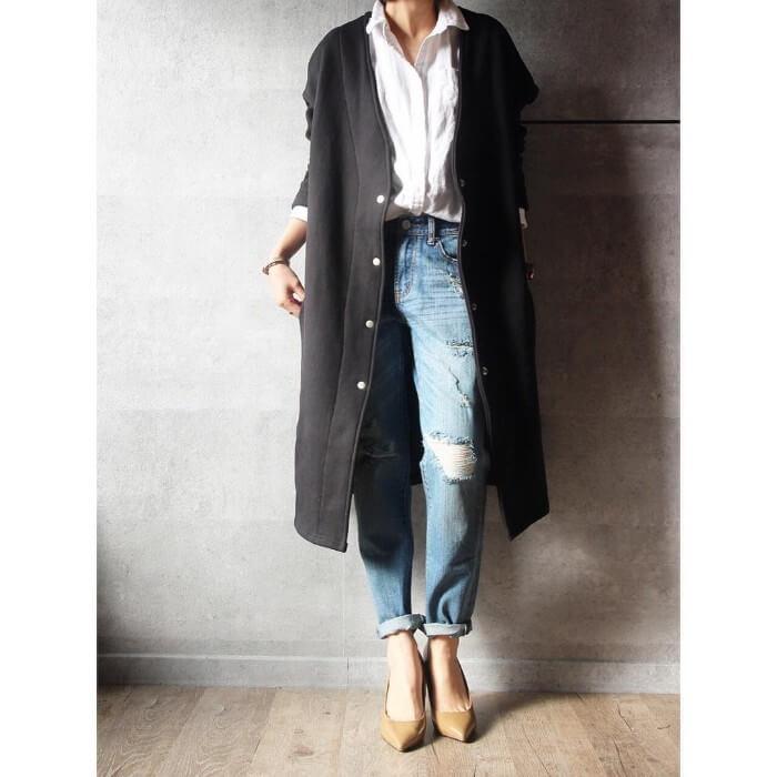 黒ロングカーディガン×白シャツ×クラッシュデニムパンツのコーデ画像