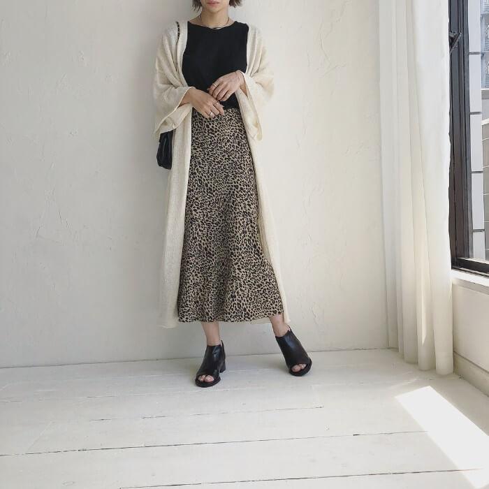 サマーニットガウン×レオパード柄スカートのコーデ画像